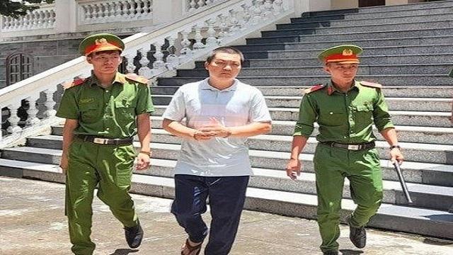 Dẫn giải cựu đại úy công an Nguyễn Minh Bá về trại giam sau phiên tòa.